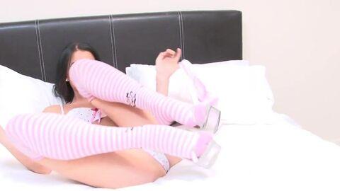 Гибкая девица с большими сиськами раздвигает ноги во время ебли