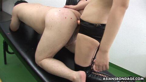 Азиатка обучается аналу на игрушках
