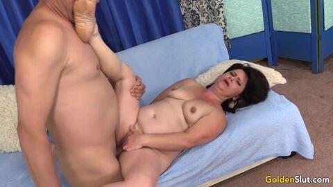 Девушка с маленькими сиськами обожает групповое порно и двойное проникновение